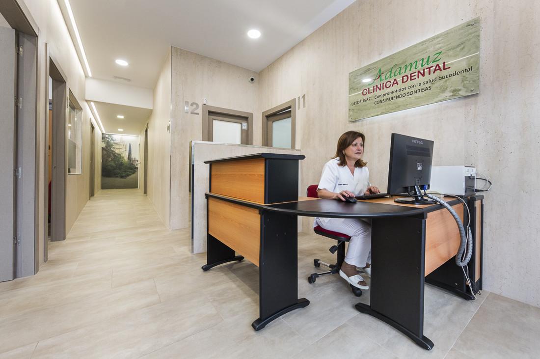 Clínica Dental Adamuz atención al cliente. Fotografía publicitaría. José Mª Márquez fotografo industrial en Granada