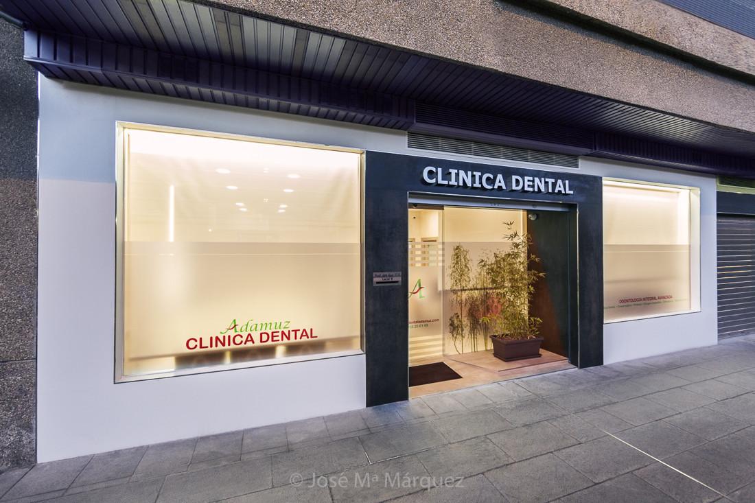 Fachada clínica dental Adamuz hora azul. Fotógrafía  profesional para empresas en Granada. Fotos publicitarias para web
