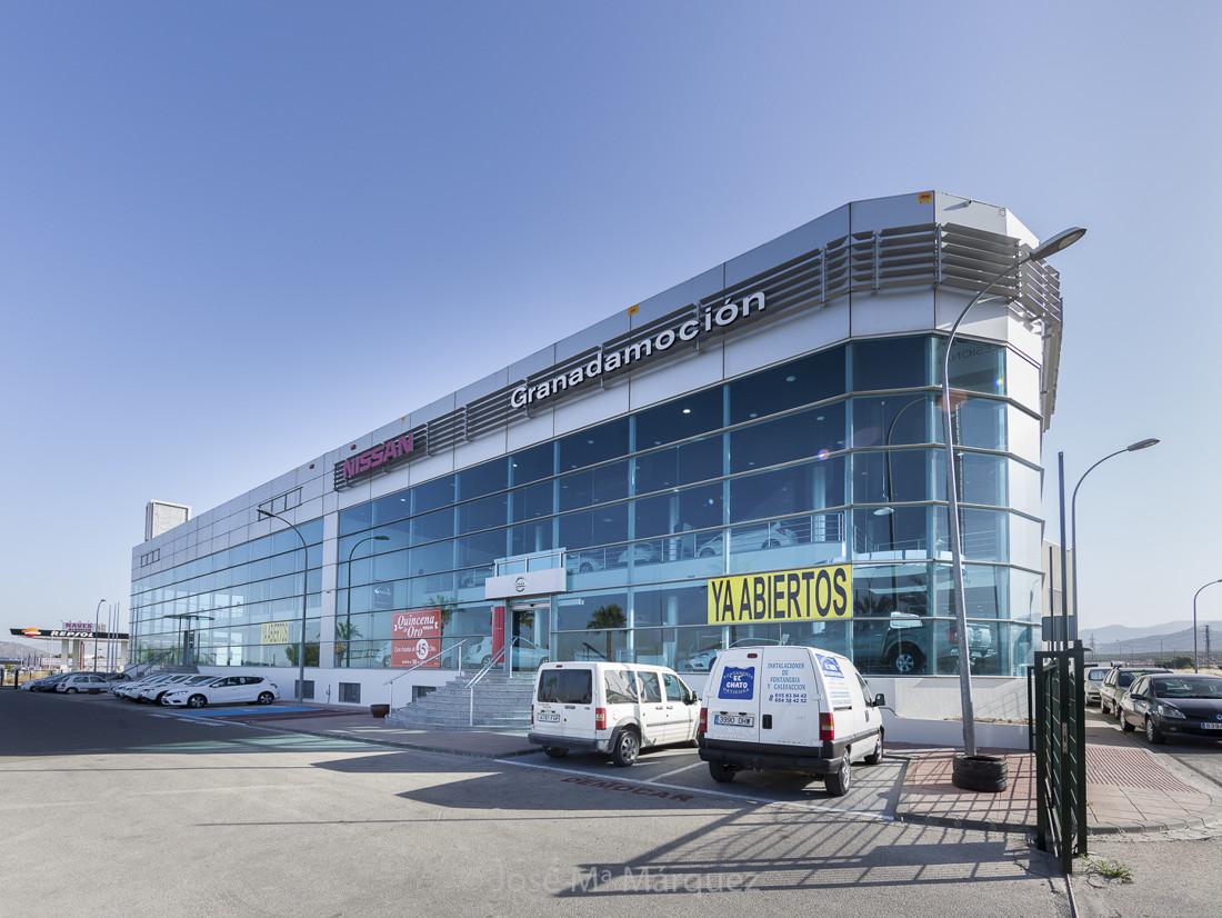 Concesionario Nissan Granada. Exterior con zona de parking. Reportaje publicitario. Fotografo en Granada para empresas