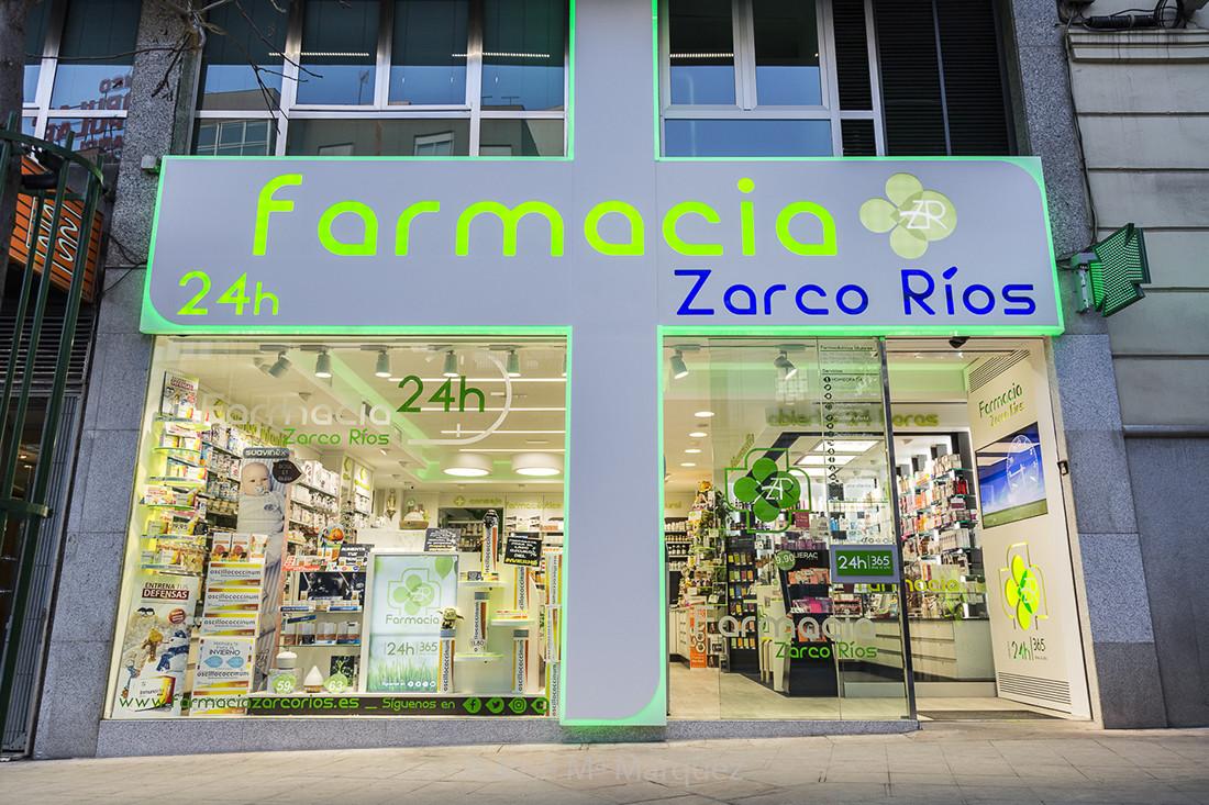 Reportaje fotografía publicitaria Farmacia Zarco Ríos. Fachada con  Luminosos encendidos. Fotógrafos publicidad  industrial Granada