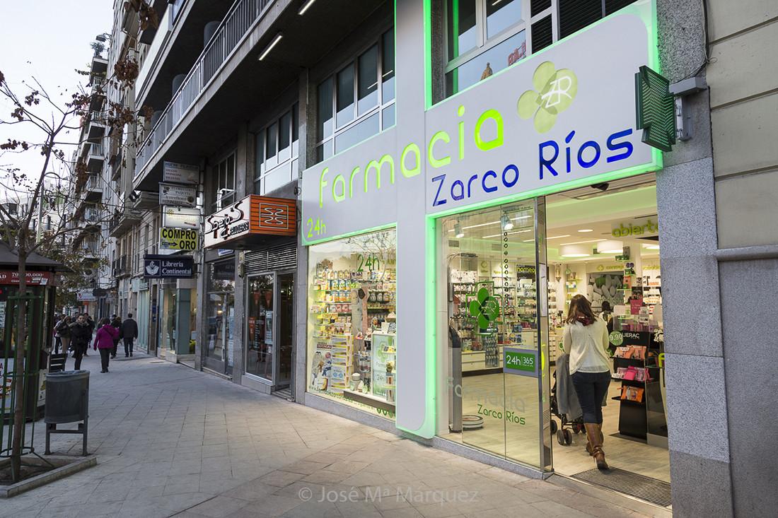 Reportaje fotografía publicitaria Farmacia Zarco Ríos. Instantanea con cliente entrando. Fotógrafos publicidad  industrial Granada