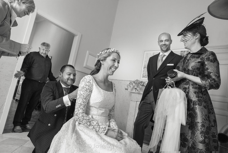 Instante Decisivo. Instantánea de boda mientras el peluquero retoca a la novia en Jardines de Gomérez. Fotógrafos de boda Granada.