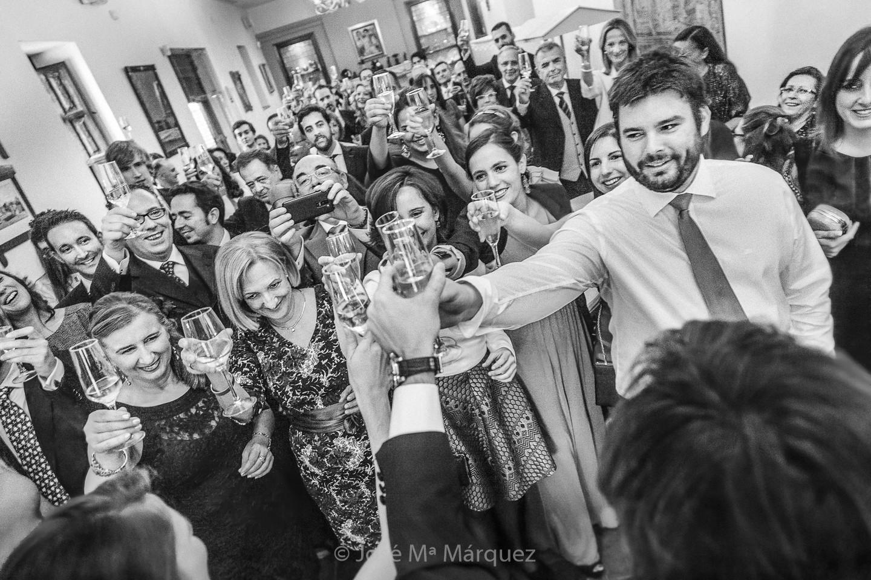 Los novios brindan con todos los invitados de la boda. Fotografía documental instantánea de fotógrafos de boda en Granada.