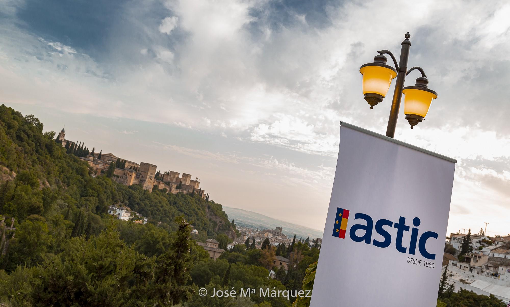 Vista banderola ASTIC con  Alhambra al Fondo desde terraza de la Chumbera en la cena de Gala de su 42 Asamblea en Granada.