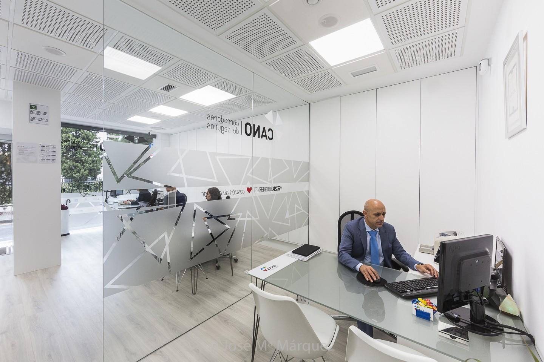 Oficinas Seguros Juan Cano personal trabajando. Reportaje publicitario par web. Fotógrafos Granada