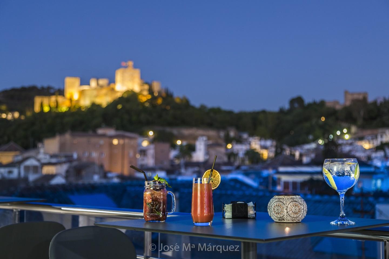 Vistas de La Alhambra al atardecer. Cócteles en la terraza del Hotel Gran Vía Eurostars. Reportaje publicitario