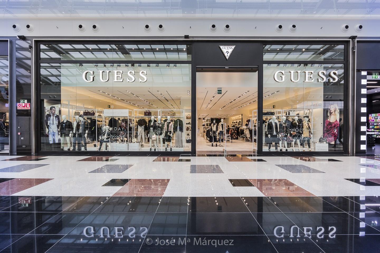 Entrada tienda Guess Centro Comercial Nevada. Reportaje publicitario. Fotógrafo profesional Granada