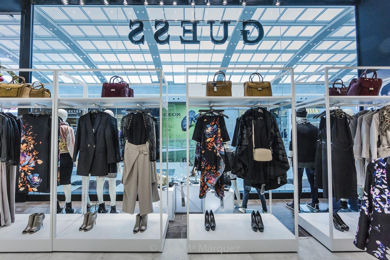 Escaparate desde el intrior de la tienda. Moda y Complementos Guess. Percheros moda mujer. Fotos publicitarias. Fotógrafos Granada
